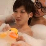 【ゲイ動画 xvideos】メガネのインテリ兄貴と一緒に泡風呂に入って、ちんぽを弄られる美少年