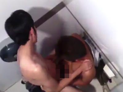 【twitter動画】男性トイレの隣で喘ぎ声が聞こえたもんで、上からこっそり覗いてみた結果www