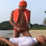 【無修正 ゲイ動画 xvideos】イケメンサーファーが溺れて気絶している事をホモ行為しまくるライフセイバーwww