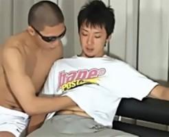 【ゲイ動画 pornhub】素人イケメン大学生クン、プロの妙技にたえられず・・・・・昇天!!