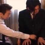【ゲイ動画 pornhub】有料アダルトで興奮させてホモ行為に持っていく先輩ゲイリーマン!餌食になった出張先のホテルで相部屋になったイケメン後輩!