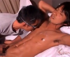 【無修正 ゲイ動画 pornhub】推定射精距離1.6m!初ゲイ体験が気持ちよすぎてノンケイケメンの顔にかかる精子!!
