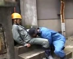 【ゲイ動画 pornhub】現場で働いているガテン系イケメン!昼休憩で疲れて寝ている隙にチンポしゃぶってみた結果www