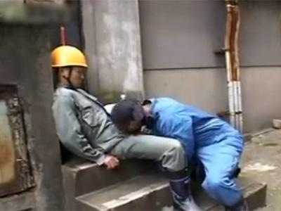 【gay】工事現場で働くガテン系男性が休憩時間にひと気のない場所で昼食後に・・・