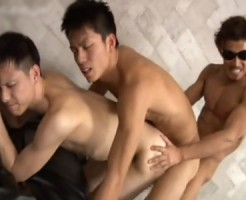 【ゲイ動画 pornhub】俺なら5秒でイカされる自信あるwケツ掘りながら掘られる超カ・イ・カ・ンの3連結アナルファック!!