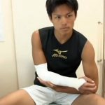 【ゲイ動画 pornhub】手頸の怪我で入院したイケメン高校生。入院中の溜まっている性欲目当てで忍び寄るゲイ達!