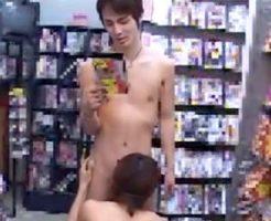 【ゲイ動画 pornhub】TS○TAYAのAVコーナーでオナるイケメンを発見した結果ww