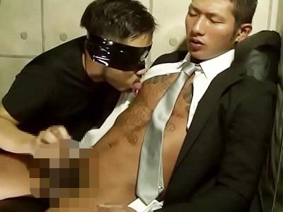 【ゲイビデオ】ちょい悪イケメンなデカマラリーマンがスーツを着たままフェラと手コキで雄絶頂でザーメン発射