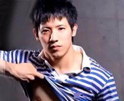 【ゲイ動画 xvideos】脱いだらマッチョな佐川男子と玄関先でアナルファック!丁寧親切だったお兄さんがタチな野獣ファック