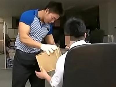 【ゲイビデオ】佐川男子のような宅配お兄さんを薬と酒を盛り昏睡レイプ!マッチョな体をリーマンがゲイセックスで犯す