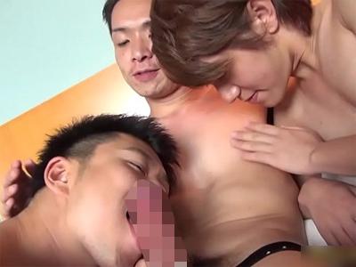 【ゲイビデオ】海で遊んで、部屋に戻って3Pゲイセックス。みんなで気持ちよくなる乱交ボーイズラブ