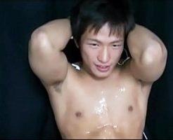 【ゲイ動画 xvideos】勃起しっぱなしのスポメンちんぽをフェラしてオナホで快楽責め!甘いマスクと筋肉で男を魅了するイケメン!