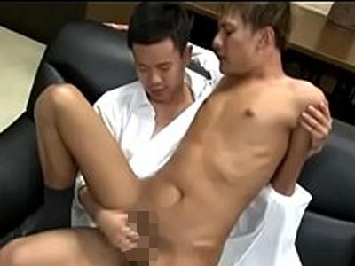 【ゲイビ無料】若手イケメン社長の部屋で、チャラめのかわいい社員のケツ穴ガン堀り!黒肌に白濁ザーメンぶっかけ