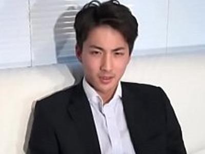 【無料ゲイ動画】ノンケの素人イケメンがスーツを脱いで初めての雄テクニックに欲求不満ちんぽからザーメン発射!