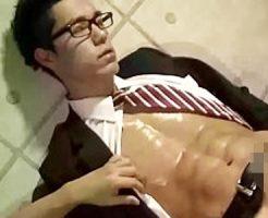 【ゲイ動画 xvideos】めがねが知的なスリ筋イケメンリーマンのスーツ着衣で手コキ愛撫に感じて絶頂
