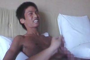 【ゲイ動画 pornhub】黒く日焼けした少年に手コキすると笑いながら感じまくるwww