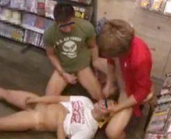 【ゲイ動画 xvideos】大学生ぐらいの男の子がアダルト屋で店員に飼いならされた子にフェラチオされ3Pセックスするw
