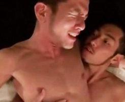 【ゲイ動画 xvideos】感じる顔を見ながらバックからガン堀り!ワイルド系イケメン同士のBLセックス!