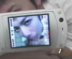 【ゲイ動画 pornhub】かわいい顔したイケメン性奴隷に公衆トイレで野外フェラさせて携帯カメラで写メってたらめちゃ興奮w
