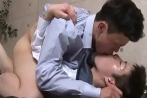 【ゲイ動画 xvideos】ゲイリーマンがYシャツを乱し、吐息を洩らし激しくアナルをパン突き中出しゲイセックス!