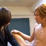 【ゲイ動画 xvideos】誰もいない教室で制服姿の金髪学生が同級生に手コキ攻めされて悶絶!!