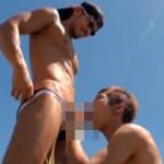 【ゲイ動画 pornhub】誰もいない海辺で交わる2本のチンポ!競泳水着男子の青姦アナルファック!!