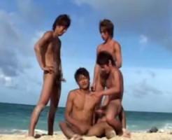 【ゲイ動画 xvideos】アーーーーッ♂夏休み!!こんがり日焼けしたイケメンBOY達がビーチで青姦4Pセックス!