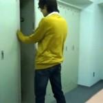 【無修正 ゲイ動画 pornhub】隠しカメラがとらえた中学生くらいに見える少年の大胆な全裸オナニー盗撮映像流出!!