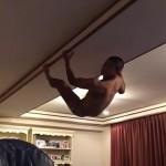 【vine動画】ブーメランパンツ一丁の蜘蛛男が天井に・・・