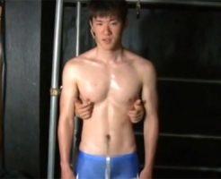 【ゲイ動画 pornhub】スパッツが勃起ではちきれそう!童顔スポメンの前立腺を刺激しながらホモ行為してみた結果www