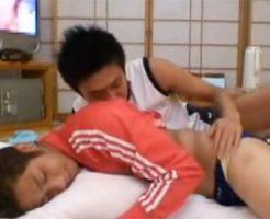 【ゲイ動画 pornhub】合宿中に我慢できなくてノンケイケメンの寝込みを襲う!!