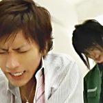 【ゲイ動画 tube8】クロネコ○マトのお兄さんと、Yシャツ姿のダブルイケメンがソファーで喘ぎまくりのコスプレゲイセックス