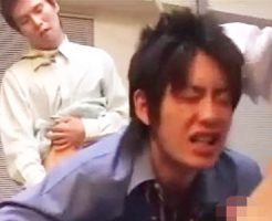 【ゲイ動画 xvideos】新人サラリーマンにお仕置きゲイセックス!デカマラしごいてフェラして3P調教アナルファック!
