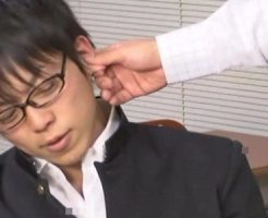 【ゲイ動画 xvideos】関西弁で抵抗するも感じてアヘる生意気なイケメン男子校生が拘束されケツ穴指責め手コキのW快感に絶頂