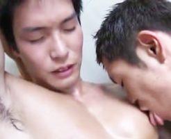 【ゲイ動画 tube8】かわいいスポメンが狭い浴室でアナルファック!ちんぴくしながら痙攣しちんぐり返しでケツ穴クパァしてる